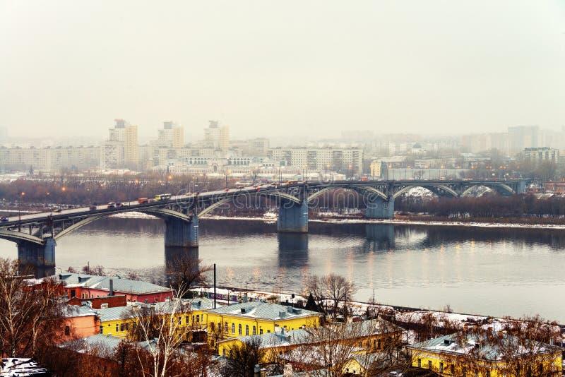 Flyg- sikt på den moderna delen av Nizhny Novgorod, Ryssland med bron över den Oka floden arkivbild