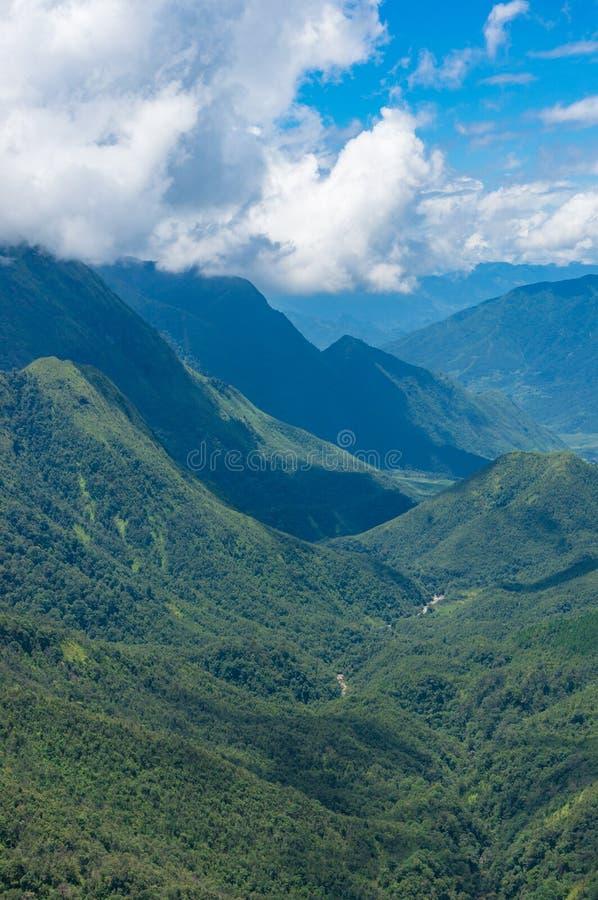 Flyg- sikt på den storartade bergdalen royaltyfria bilder