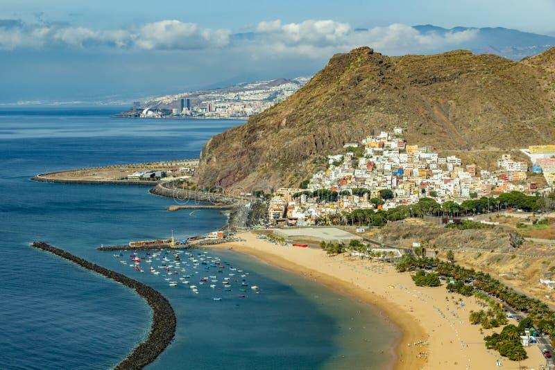 Flyg- sikt på den Teresitas stranden nära Santa Cruz de Tenerife kanarief?gel?ar spain arkivfoto