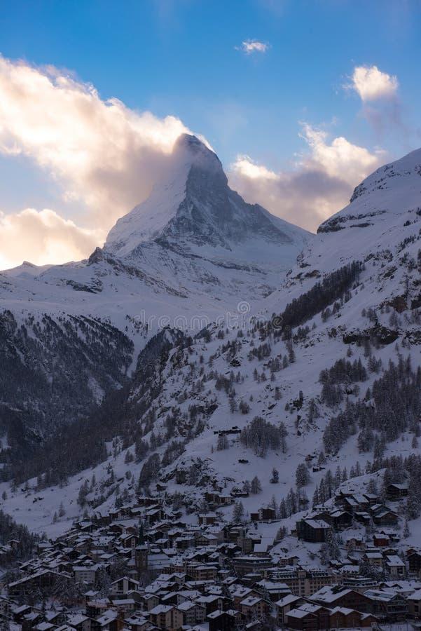 Flyg- sikt på den Zermatt dalen och det Matterhorn maximumet royaltyfri bild