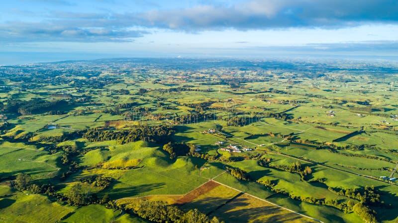 Flyg- sikt på en jordbruksmark med materielpaddockar på foten av monteringen Taranaki Taranaki region, Nya Zeeland arkivfoton