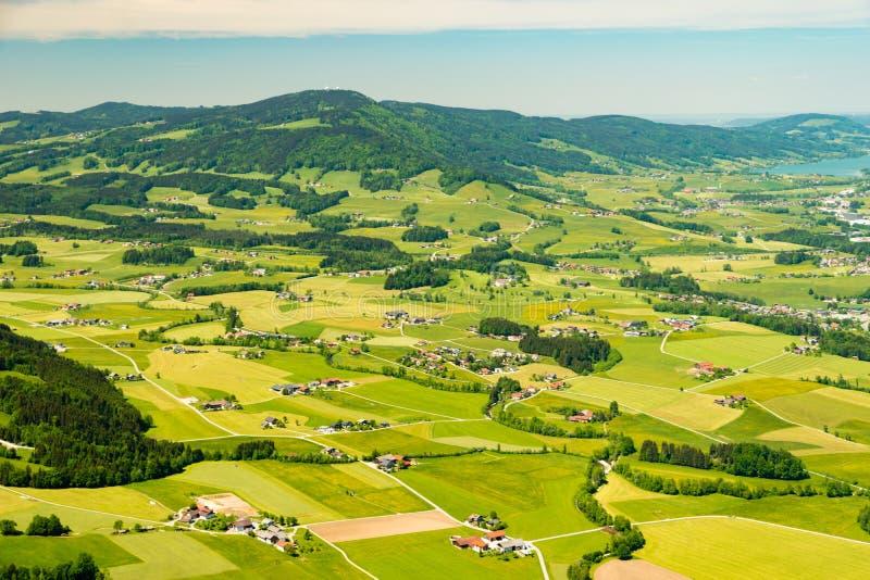 Flyg- sikt på färgrika små fältjordlotter nära Mondsee, Österrike royaltyfria foton