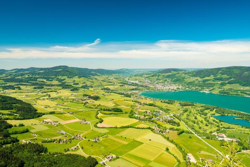 Flyg- sikt på färgrika små jordbruksskiftefält nära Mondsee sjön, Vocklabruck, Österrike arkivbild