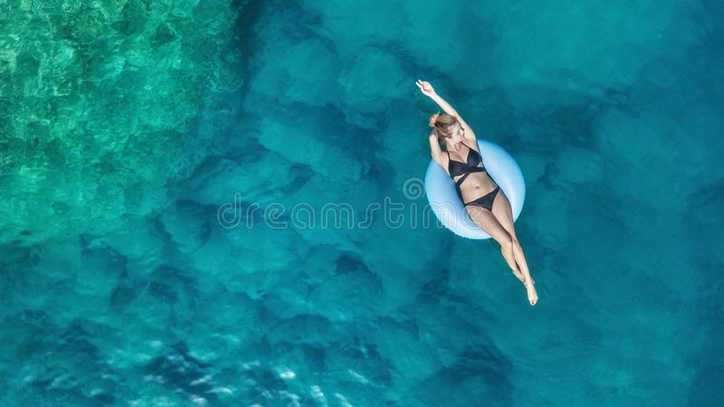 Flyg- sikt på flickan på havet Turkosvatten från luft som en bakgrund från luft fotografering för bildbyråer