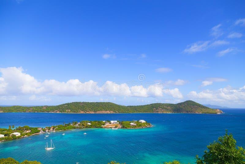 Flyg- sikt på grunt vatten av det karibiska havet som omger St Thomas Island, USA VI royaltyfria foton
