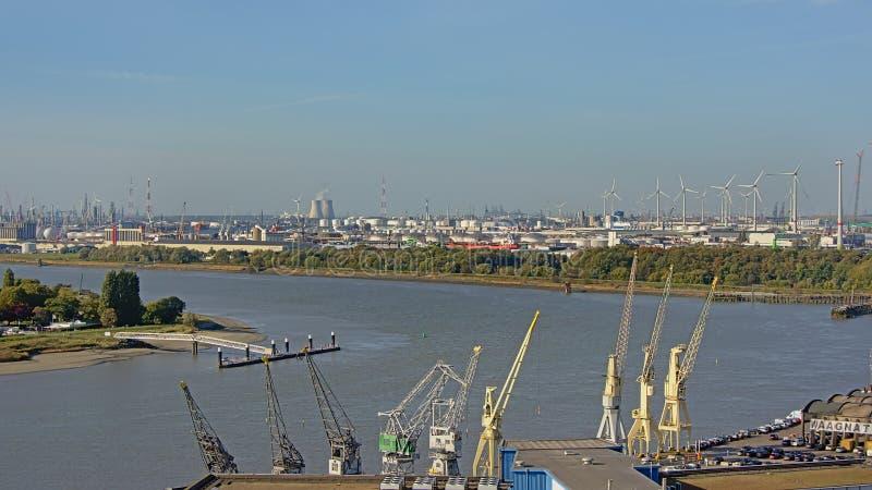 Flyg- sikt på infrastruktur för kranoljabransch längs floden Scheldt i porten av antwerp royaltyfri foto