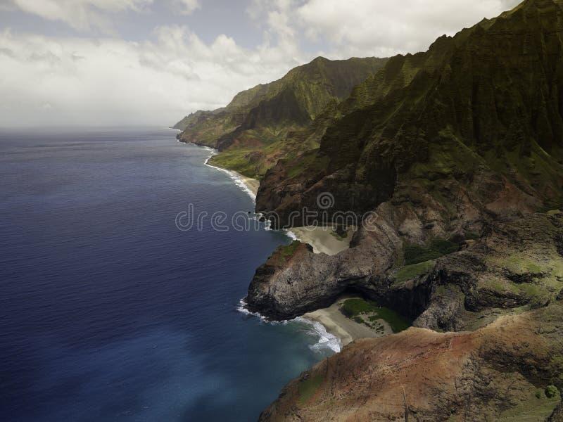 Flyg- sikt på kust för Na Pali på den Kauai ön arkivfoton