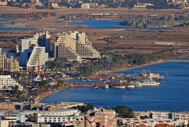 Flyg- sikt på marina i Eilat och lagun i Aqaba arkivbild