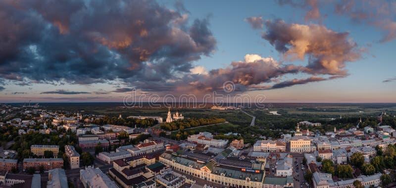 Flyg- sikt på mitten av staden av Vladimir och antagandedomkyrkan på solnedgång vladimir Ryssland fotografering för bildbyråer
