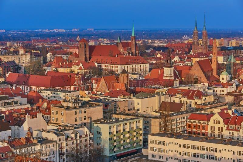 Flyg- sikt på mitten av staden Wroclaw, Polen arkivbild