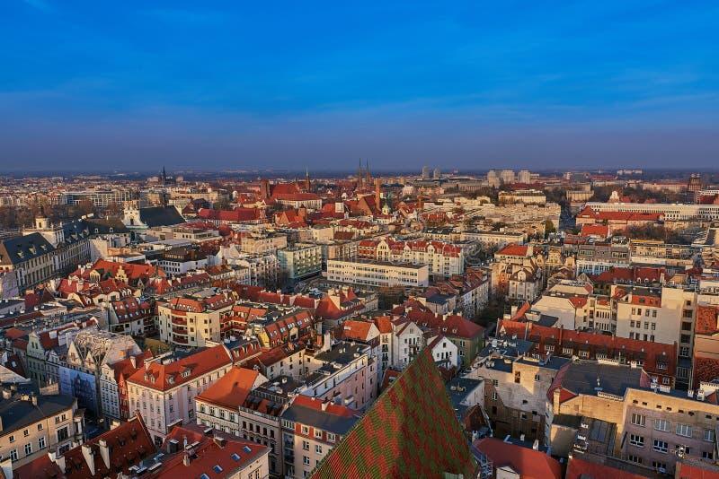 Flyg- sikt på mitten av staden Wroclaw, Polen arkivfoton