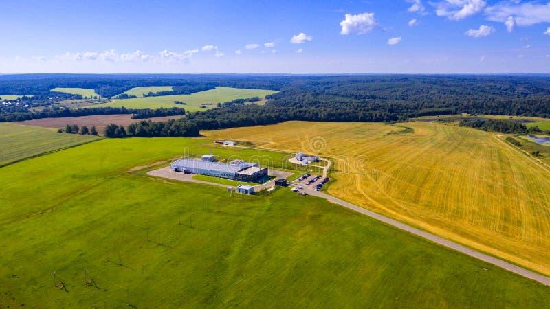 Flyg- sikt på moderna lantgårdbyggnader royaltyfri fotografi