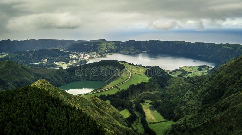 Flyg- sikt på sceniskt landskap av den vulkaniska sjön Sete Cidades royaltyfri fotografi