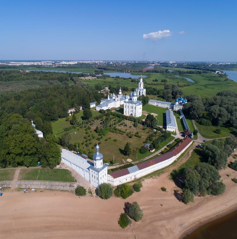 Flyg- sikt på St George Yuriev Orthodox Male Monastery i Veliky Novgorod royaltyfri fotografi