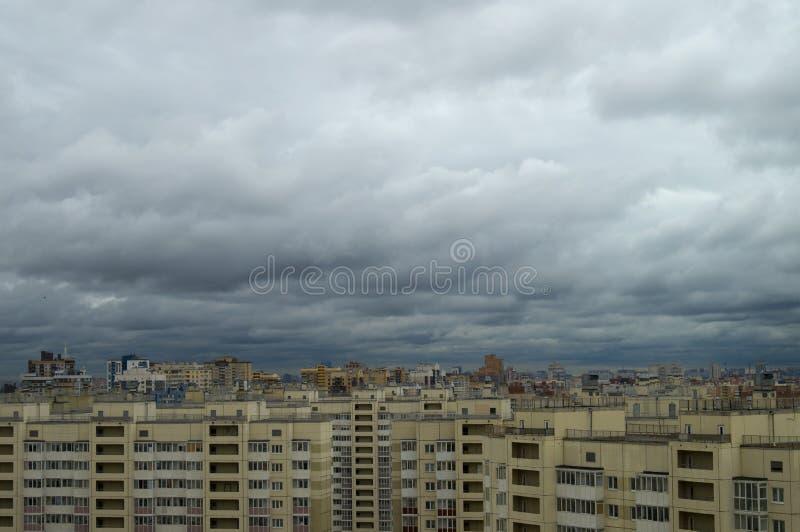 Flyg- sikt på tak och fönster av bostads- höghus av storstaden under en grå molnig himmel royaltyfria bilder