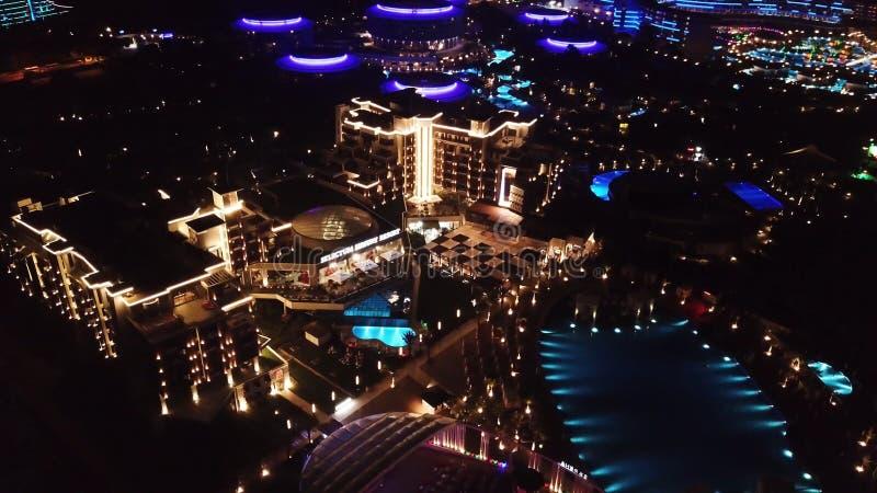 Flyg- sikt på territoriet för hotell för lyxig semesterort på natten video Nattsikt av det upplysta inre territoriet av hotellkom royaltyfria foton