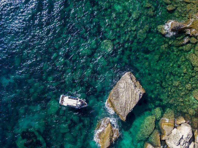 Flyg- sikt på vita kalkstenklippor, klippor Bonifacio Fartyg som seglar med turister corsica france arkivfoton