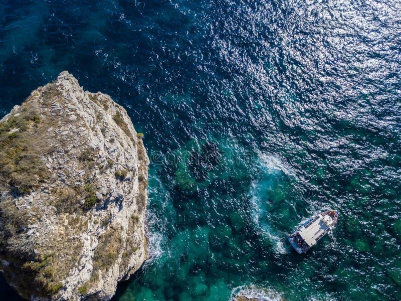 Flyg- sikt på vita kalkstenklippor, klippor Bonifacio Fartyg som seglar med turister corsica france arkivbild