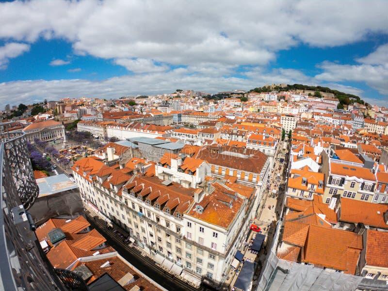 Flyg- sikt p? byggnader och gatan i Lisbona, Portugal Orange tak i centrum royaltyfri foto