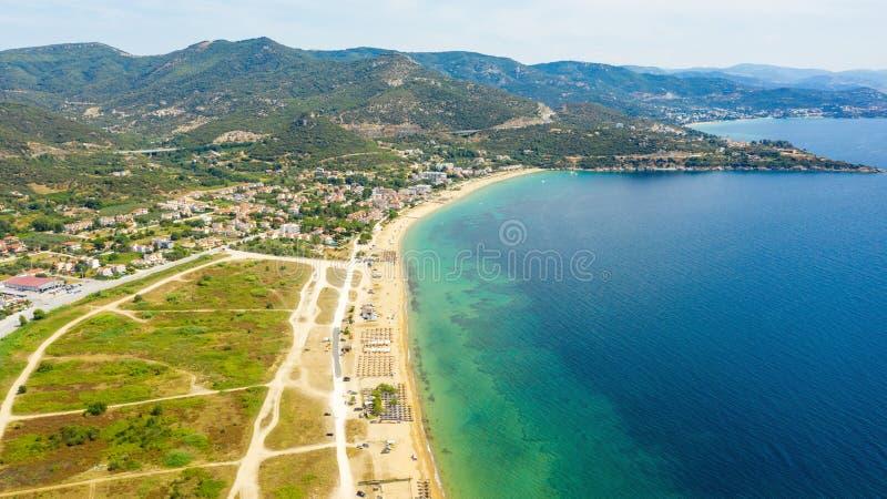Flyg- sikt p? stranden H?rlig naturlig seascape p? sommartiden arkivbilder