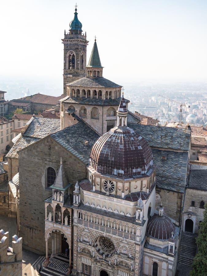 flyg- sikt Piazza Duomo och basilika i Bergamo arkivfoton