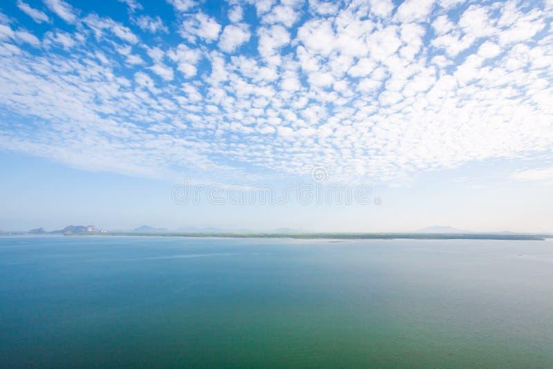 Flyg- sikt, sceniskt landskap av kustlinjen och mangroveskog i morgonljus Härliga moln med ljust - blå himmel i sommar arkivbild