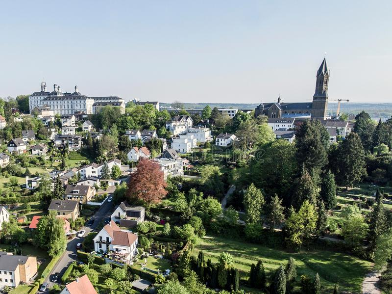 Flyg- sikt Schloss Bensberg och offentlig omgivningBerglisch Gladbach Tyskland nära eau-de-cologne arkivbilder