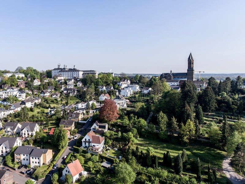 Flyg- sikt Schloss Bensberg och offentlig omgivningBerglisch Gladbach Tyskland nära eau-de-cologne royaltyfri bild