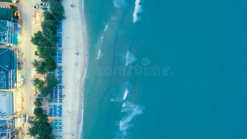 Flyg- sikt som går gata- och havsstranden för sommar- eller feriebegreppsbakgrund royaltyfri fotografi