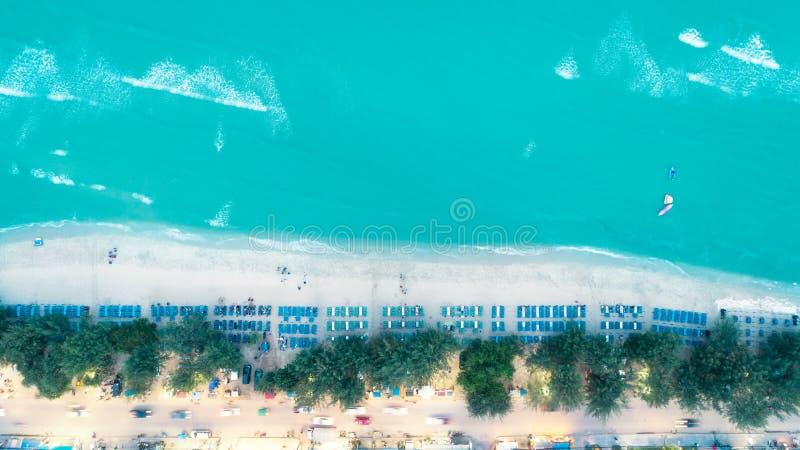 Flyg- sikt som går gata- och havsstranden för sommar- eller feriebegreppsbakgrund arkivfoton