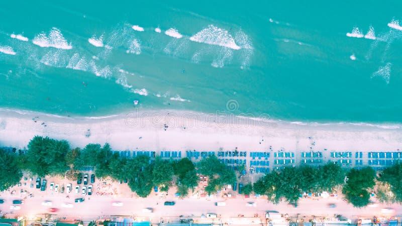 Flyg- sikt som går gata- och havsstranden för sommar- eller feriebegreppsbakgrund arkivfoto