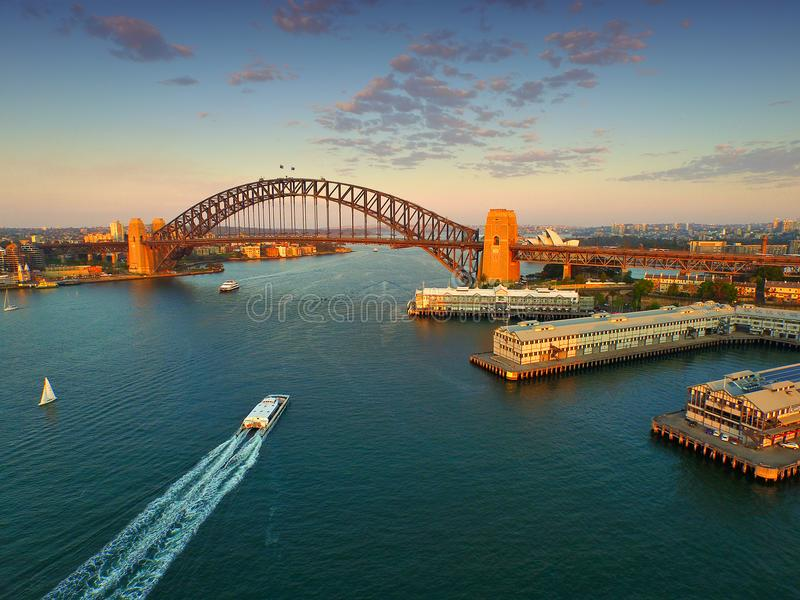 Flyg- sikt Sydney Harbour på skymning royaltyfri bild