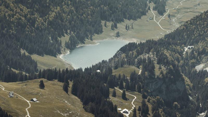 Flyg- sikt till bergsj?n Seealpsee p? alpsteinmassiven arkivbilder