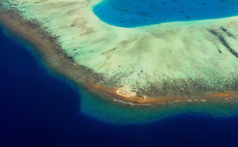 Flyg- sikt till bildande för korallrev arkivbild