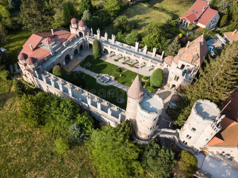 Flyg- sikt till Bory Var, behagfull slott i Szekesfehervar, Ungern royaltyfria foton