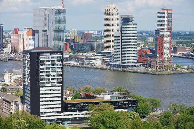 Flyg- sikt till de moderna byggnaderna i Rotterdam, Nederländerna arkivfoton