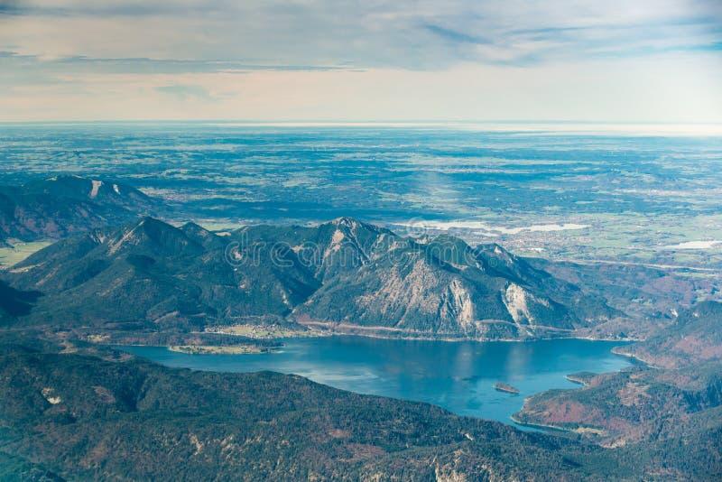 Flyg- sikt till den alpina sjön för idylliskt blått berg royaltyfria bilder