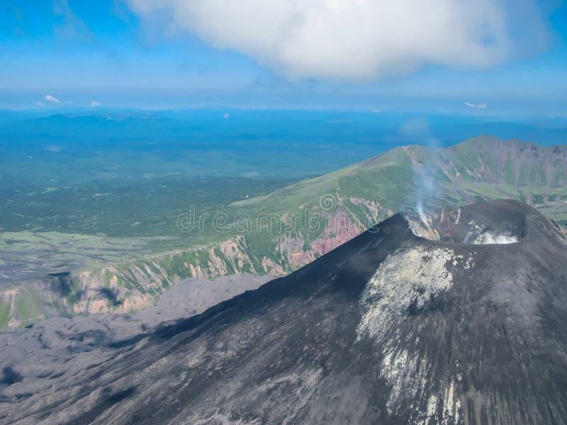 Flyg- sikt till den Karymsky vulkan, Kamchatka halvö, Ryssland fotografering för bildbyråer