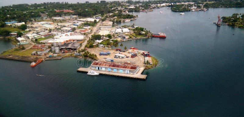 Flyg- sikt till den Madang fjärden och staden, Papua Nya Guinea arkivbild