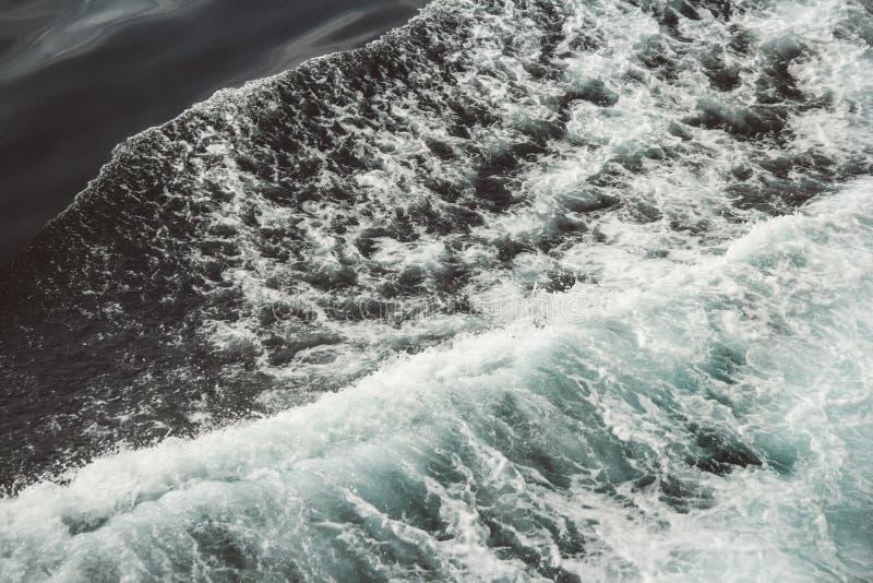 Flyg- sikt till havv?gor bl?tt vatten f?r bakgrund royaltyfria foton