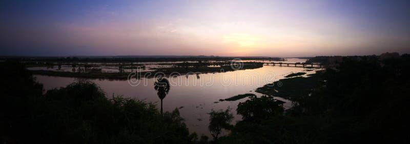 Flyg- sikt till Niger River i Niamey på solnedgången Niger arkivbilder