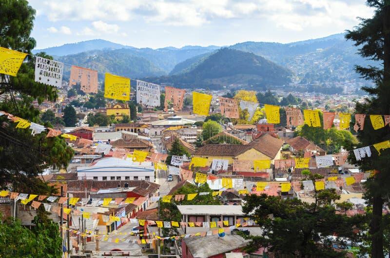 Flyg- sikt till San Cristobal de Las Casas med talrik religiou fotografering för bildbyråer
