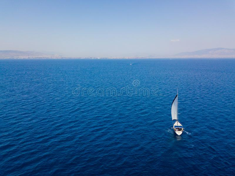 Flyg- sikt till två yachter i det djupblå havet Surrfotografi royaltyfri foto