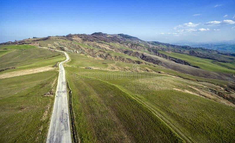 Flyg- sikt - väg till Urbino Italien arkivfoton