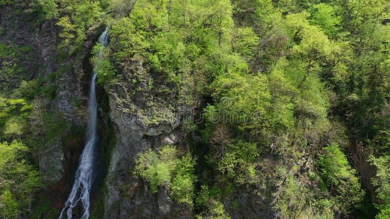 flyg- sikt Vattenfall p? en bergssida som ?r bevuxen med skogar arkivbilder