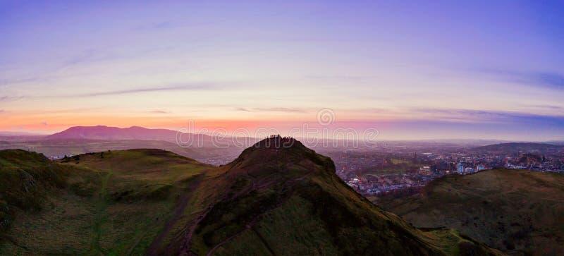 Flyg- sikt ?ver Arthurs det Seat berget, det huvudsakliga maximumet av gruppen av kullar i Edinburg, Skottland fotografering för bildbyråer