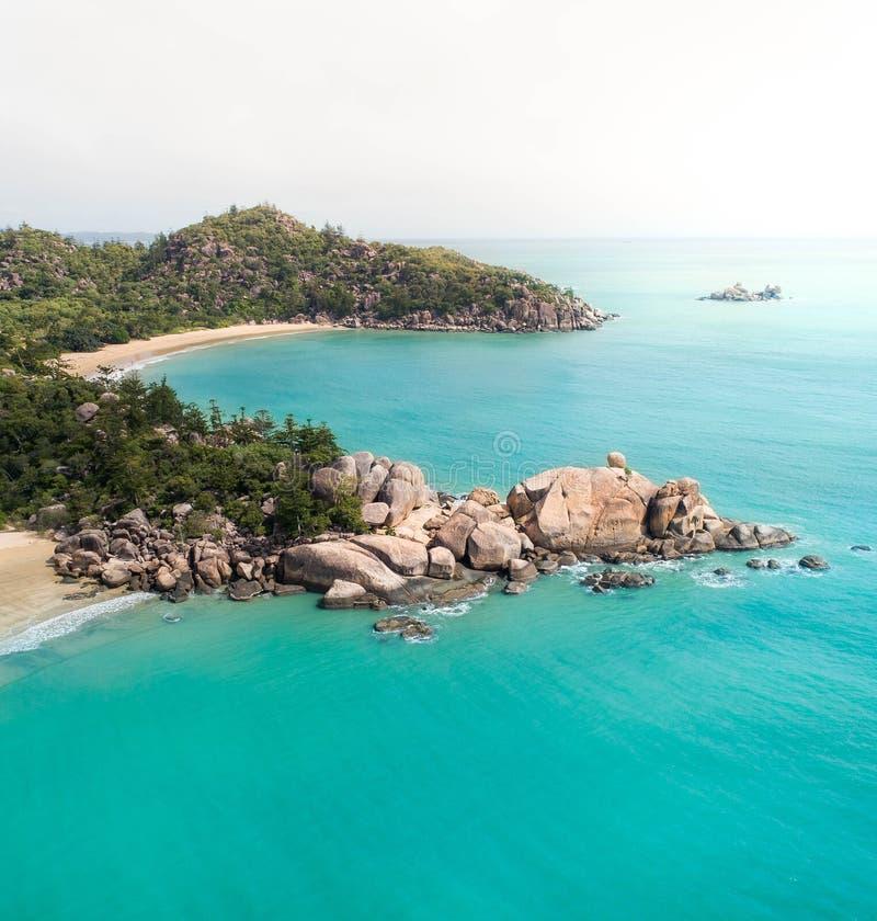 Flyg- sikter över en tropisk ö i en mitt av en skärgård arkivbild