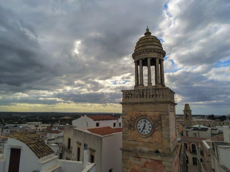 Flyg- skott av Clocktoweren som ?r symbolet av staden av Noci, n?ra Bari, i s?derna av Italien arkivbild