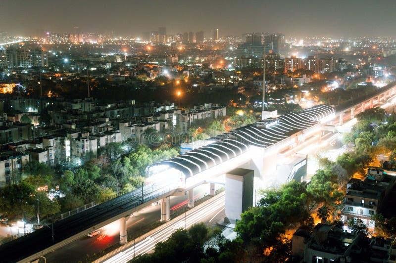 Flyg- skott av garnering för Delhi tunnelbanainaugration på natten med ljusa slingor royaltyfria bilder