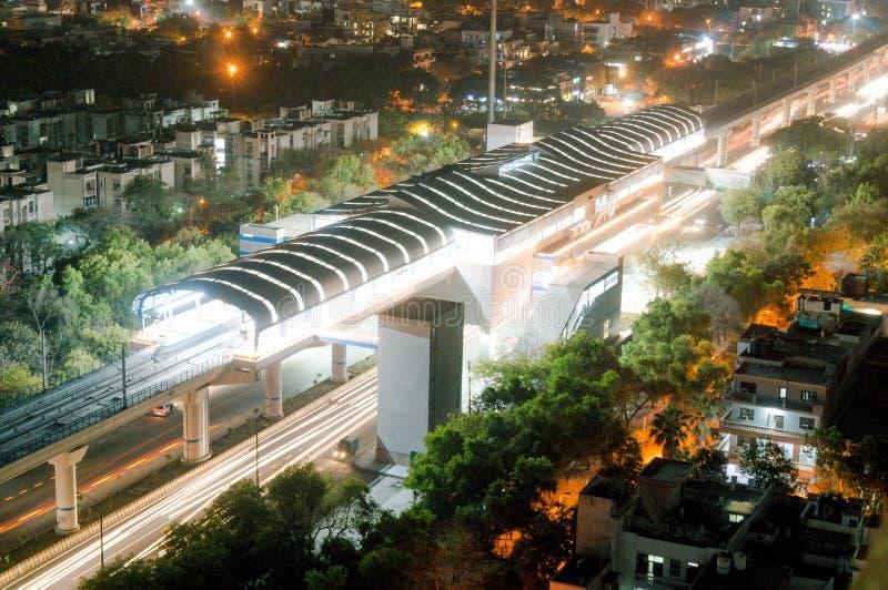 Flyg- skott av garnering för Delhi tunnelbanainaugration på natten med ljusa slingor royaltyfria foton